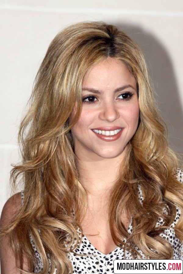 shakira long wavy blonde hairstyle